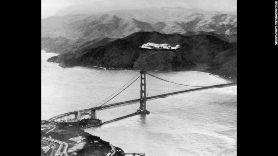 Grandes misterios en la Historia – El Lockheed Electra, pilotado por Amelia Earhart y Fred Noonan, vuela sobre el puente Golden Gate en la salida de un vuelo de vuelta al mundo el 17 de marzo de 1937. Los dos desaparecieron durante un vuelo similar en 1937.