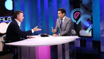 El presidente de Colombia Juan Manuel Santos (izq.) durante la entrevista con Ismael Cala.