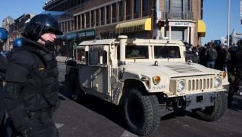 Un vehículo de la Guardia Nacional patrulla las calles de Baltimore el 28 de abril de 2015 (Crédito: Matt Rourke/AP)