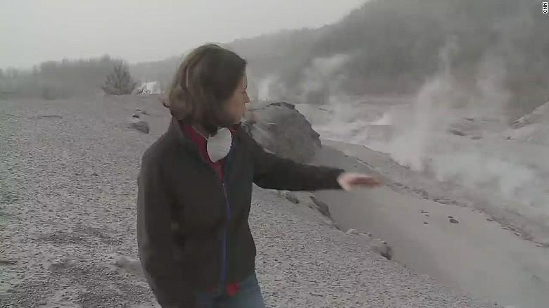 Shasta Darlington muestra el humo en la zona afectada por la erupción del volcán Calbuco.