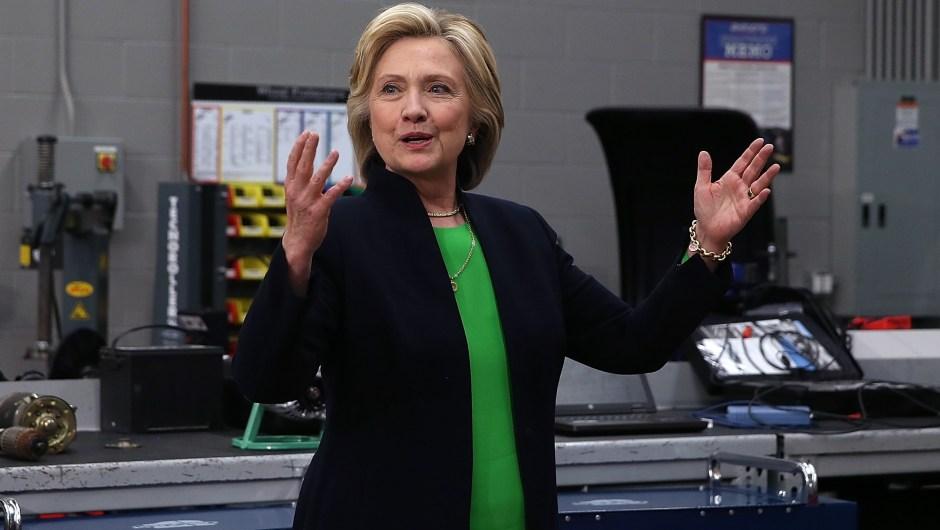 Hillary Clinton con miembros de la prensa después de una reunión con estudiantes.