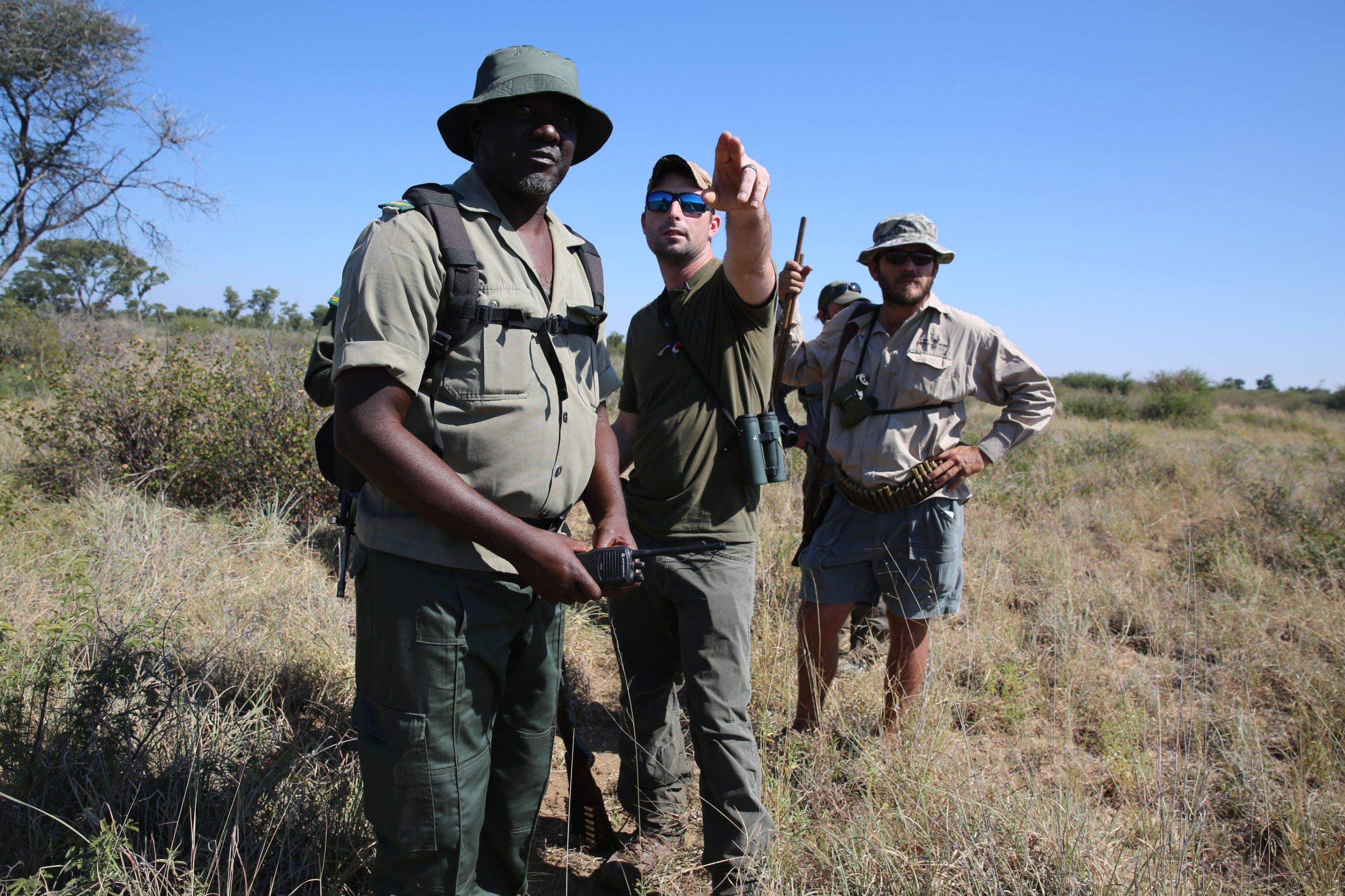 Corey Knowlton, centro, con el grupo de caza. (Crédito: Jason Morris/CNN)