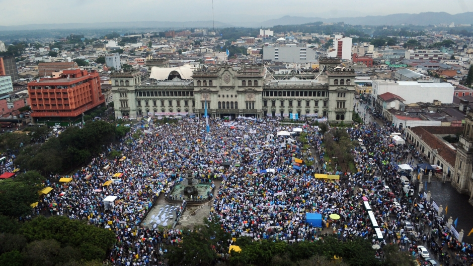 Vista aérea de la protesta en la Plaza de la Constitución en Ciudad de Guatemala este sábado 16 de mayo de 2015. Crédito: JOHAN ORDONEZ/AFP/Getty Images