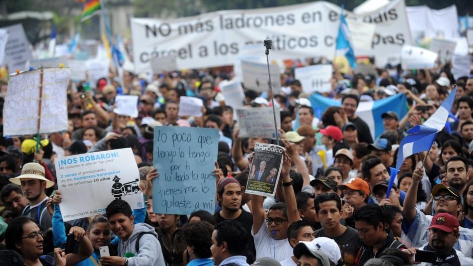 Manifestantes durante la protesta en Ciudad de Guatemala contra la corrupción en el gobierno este sábado 16 de mayo de 2015. Crédito: JOHAN ORDONEZ/AFP/Getty Images
