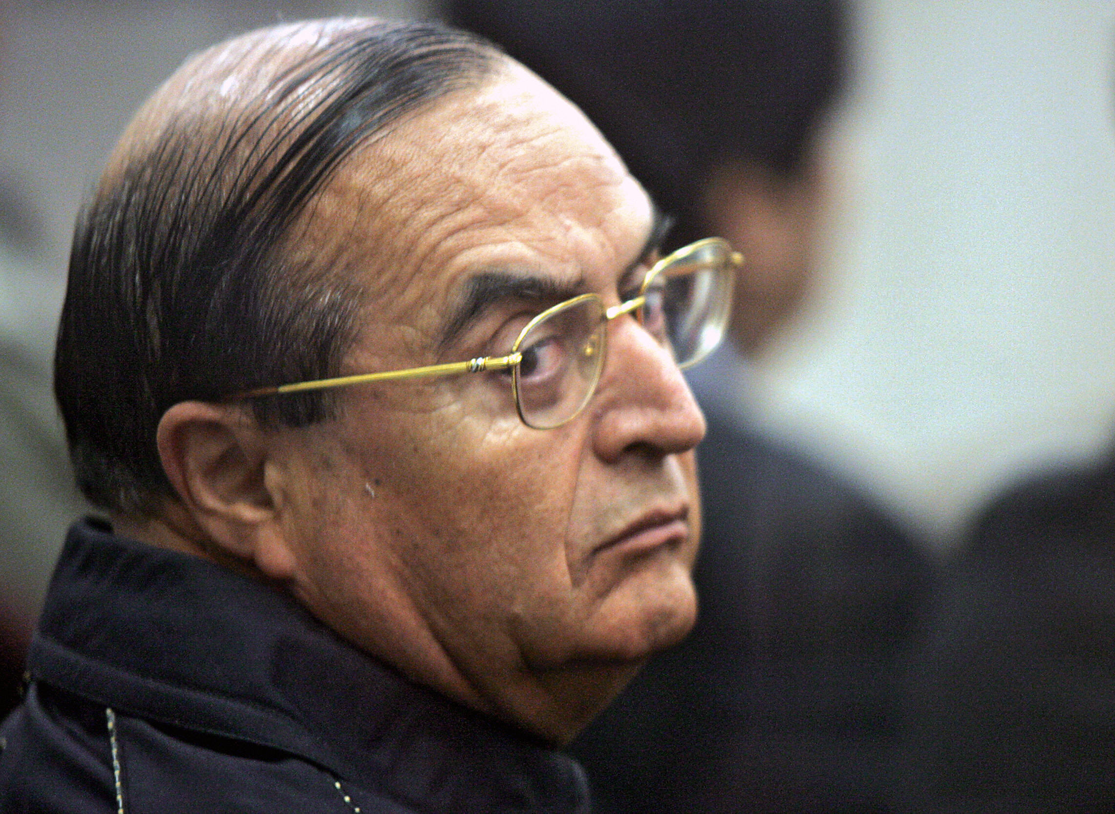 Lima, PERU:  Vladimiro Montesinos, ex-right hand of ex Peruvian President Alberto Fujimori (1990-2000), looks at his lawyer Estela Valdivia (out of frame) during a trial session at Callao Naval Base, 21 September 2006 in Lima. After two years and eight months of trial, Montesinos is expected to be sentenced today for charges on arm trading to the Revolutionary Armed Forces of Colombia (FARC) guerrilla in 1999. AFP PHOTO/Eitan ABRAMOVICH   (Photo credit should read EITAN ABRAMOVICH/AFP/Getty Images)