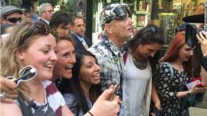El actor estadounidense Bill Murray posa con fanáticos luego de la participación en el último  programa con David Letterman.