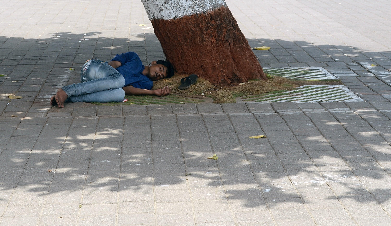 Dos tercios de la población hindú no tiene acceso a electricidad, por lo que deben combatir el calor con sus propios medios. (Crédito: INDRANIL MUKHERJEE/AFP/Getty Images)