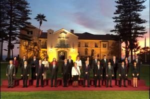 Bachelet participó en la fotografía oficial junto a su recién nombrado gabinete ministerial, antes de la comparecencia en el Congreso de su primer año de gestión. (Crédito: Gobierno de Chile/ @GobiernodeChile)
