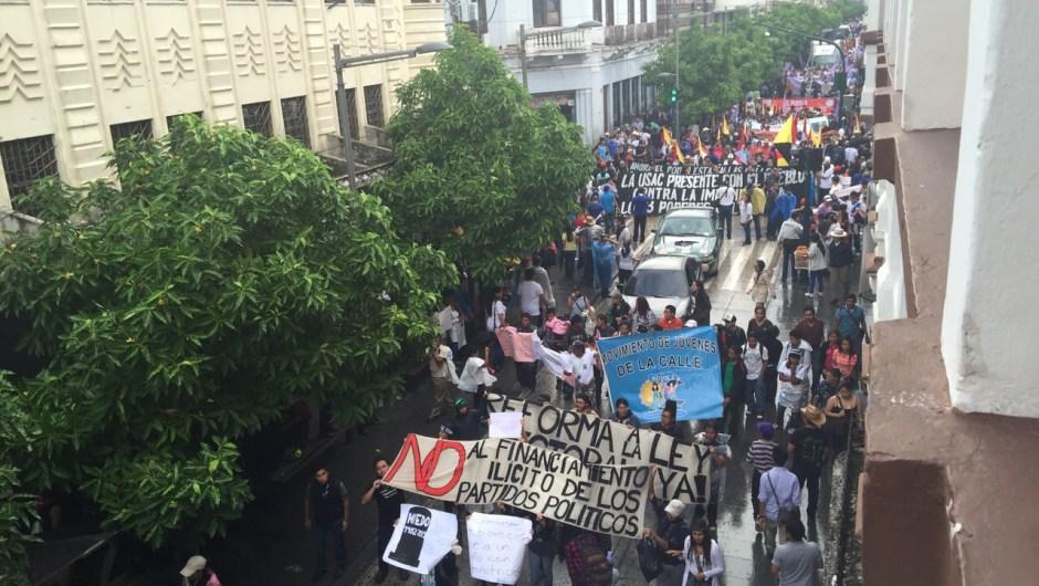 Manifestantes durante la protesta en Ciudad de Guatemala contra la corrupción en el gobierno este sábado 16 de mayo de 2015. Crédito: Patzy Vásquez/CNN