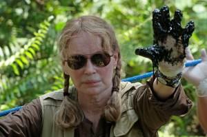 """El 28 de enero de 2014 la actriz estadounidense Mia Farrow visitó la amazonía ecuatoriana y se unió a la campaña contra la petrolera mostrando """"la mano sucia"""" de Chevron"""".   (Crédito: JUAN CEVALLOS/AFP/Getty Images)"""