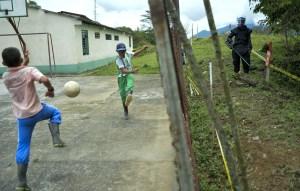 Un soldado colombiano cerca a una escuela en el municipio de Cocorná, en una labor de entrenamiento de desminado al este del departamento de Antioquia, al noroccidente de Colombia. (Crédito:  RAUL ARBOLEDA/AFP/Getty Images)