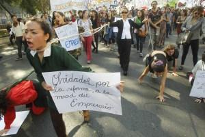 Miles de estudiantes participaron en protestas masivas el pasado 14 de mayo, pidiéndole al gobierno mejoras en el sistema educativo en Chile. (Crédito: Claudio Reyes/AFP/Getty Images)