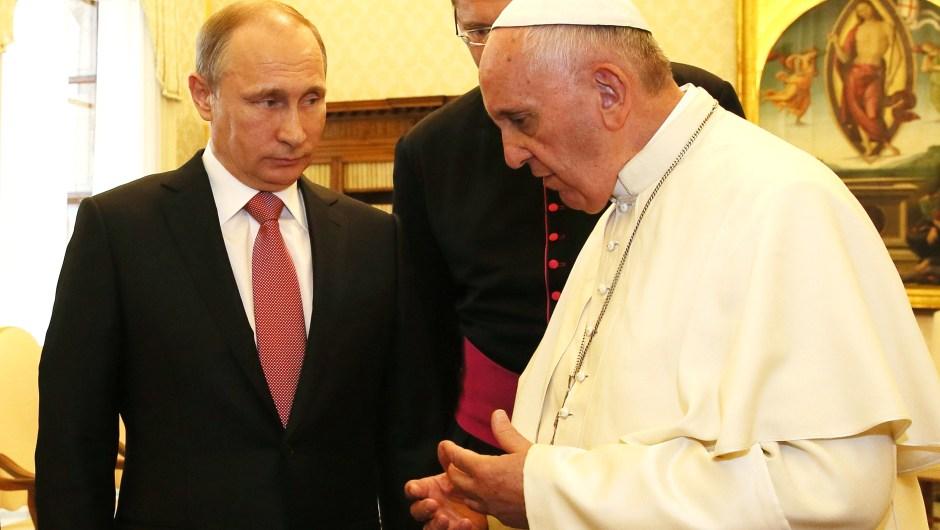 """El presidente ruso, Vladimir Putin, que este miércoles 10 de junio de 2015 se reunió con el Papa, dice que no recuerda haber cometido ningún error, """"gracias a Dios"""". Crédito: Vatican Pool/Getty Images."""