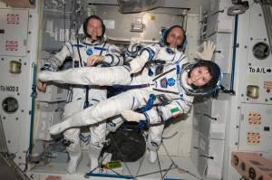 Terry Virts, comandante de la Expedición 43 en la Estación Espacial Internacional; y los astronautas Anton Shkaplerov y Samantha Cristoforetti, en una foto tomada el 6 de mayo de 2015, preparando su viaje de regreso a la Tierra. (Crédito: NASA)