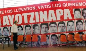 Uno de los hechos más violentos en los últimos meses en México es la desaparición de los 43 estudiantes de Ayotzinapa, el 26 de septiembre de 2014, cuando la policía atacó un bus que llevaba estudiantes de la normal, presuntamente por órdenes del alcalde local. (Crédito:JESUS GUERRERO/AFP/Getty Images)