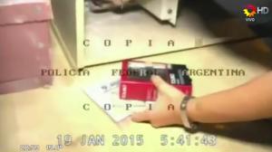 Una investigadora recoge pruebas sin guantes, según el video de la Policía Federal de Argentina. (Crédito: YouTube/PPT)