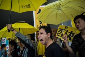 """Durante la conmemoración de la revolución del 4 de junio, la policía dispersó a los manifestantes de la """"revolución de los paraguas"""", en 2014."""