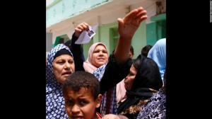 Madres en Burj Mughayzil, se aglutinan desesperadamente sobre el equipo de CNN para escuchar posibles noticias sobre sus hijos perdidos. Muchas de estas madres han enviado a sus hijos a Italia en barcos de traficantes para que puedan ganar algún dinero y sostener a sus familias.