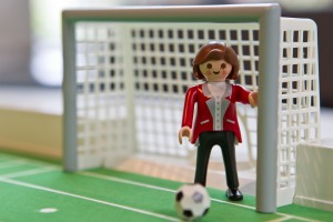 Esta figura de Playmobil basada en la canciller alemana Ángela Merkel. El juguete no está disponible para la venta y fue hecha como un regalo por la visita del político alemán del CSU, ministro presidente de Baviera, Horst Seehofer.  (Crédito:DANIEL KARMANN/AFP/GettyImages)
