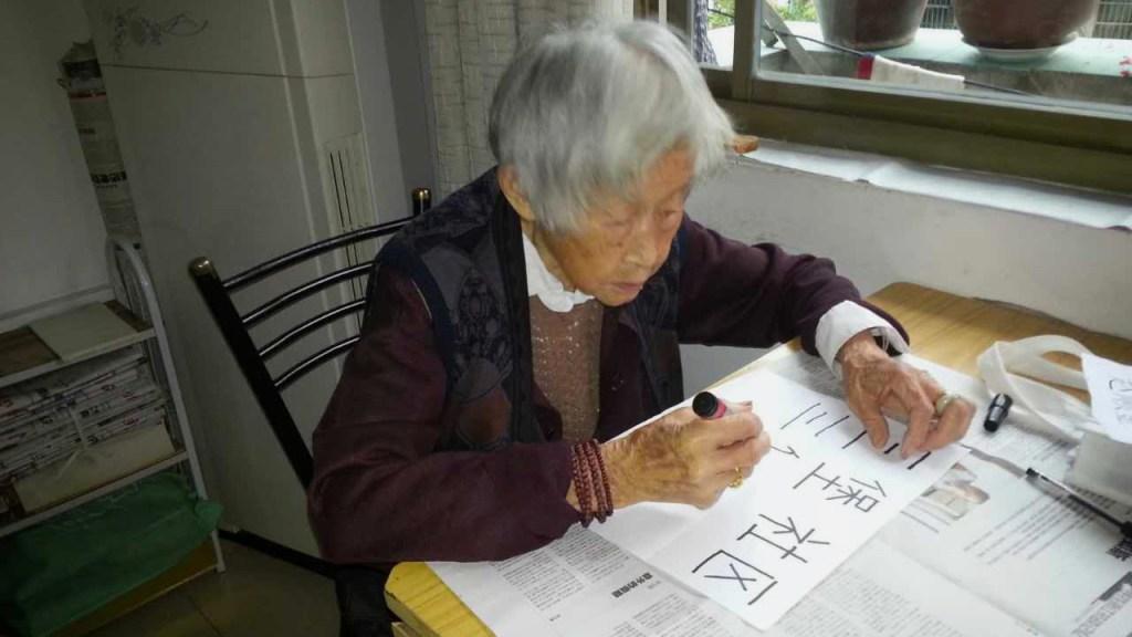 Zhao Shunjin practica escribir el nombre de su barrio. Cortesía: Luo Rongsheng