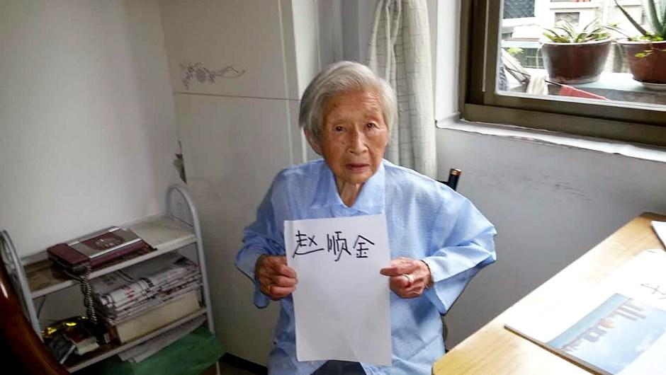 Zhao Shunjin, a sus 100 años, muestra un papel con su nombre escrito de su puño y letra en su casa de Hangzhou, China, el 16 de julio de 2015. Cortesía: Luo Rongsheng