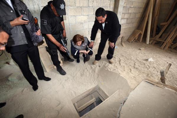 La procuradora Arely Gómez inspecciona el túnel por donde escapó Joaquín Guzmán Loera el fin de semana (Crédito: Procuraduría General de la República).