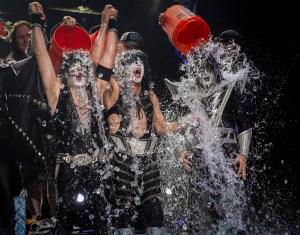 La legendaria banda Kiss también se unió al reto de la cubeta de hielo durante su presentación en el Klipsch Music Center. (Crédito: Michael Hickey/Getty Images)