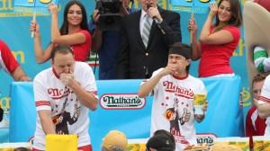 Joey Chestnut (izq) y el nuevo campeón, Matt Stonie, en un mano a mano comiendo 'hoy dogs' el pasado 4 de julio en Coney Island. (Crédito: Tina Fineberg/AFP)