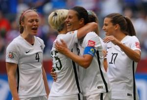 Carli Lloyd, No. 10 del seleccionado estadounidense celebra su tercer gol durante el partido contra Japón con Megan Racione, #15, en el mundial de fútbol femenino en Canadá. (Crédito: Kevin C. Cox/Getty Images)