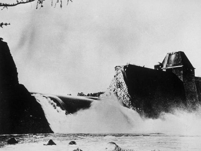 La presa de Möhne en el noroeste de Alemania después de ser bombardeada por el escuadrón 617 (AFP/Getty Images/Archivo).