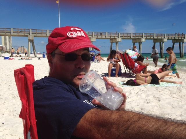 El 'beach boy' de CNN en Español, Camilo Egaña, disfrutando de una bebida paradisíaca en una playa 'sin nombre'. (Crédito: Camilo Egaña/CNN)