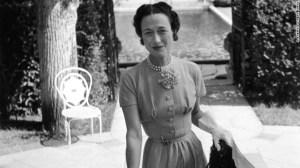 La duquesa de Windsor en el jardín de Villa Trianon, Lady Mendl (La casa de Elsie de Wolfe, en Versalles, mayo 1949. Ella lleva un broche de pantera en su cinturón. (Crédito: © Robert Doisneau, Rapho)