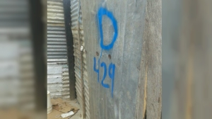 """La Guardia Nacional Bolivariana marcó con una """"D"""" las casas de colombianos deportados para que fueran demolidas. (Crédito: CNN/Laura Castellanos)"""