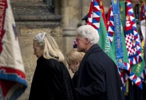 """La autora dice que Clinton fue una de las Secretarias de Estado que más viajó: """"hizo un millón de millas y visitó 112 naciones"""", según Kounalakis. En esta fotografía, en Praga, en el funeral del expresidente Checo Vaclav Havel en diciembre de 2011.Crédito: ODD ANDERSEN/AFP/Getty Images)"""