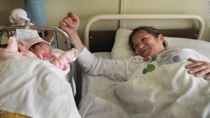 Margarita Segovia, esposa del minero Ariel Ticona, dio a luz a una niña que llamó Esperanza, en el hospital de Cipiapo, el 14 de septiembre.
