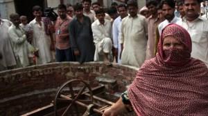 La madre de uno de los sospechosos alega la inocencia de su familia, mientras los pobladores miran con rabia.
