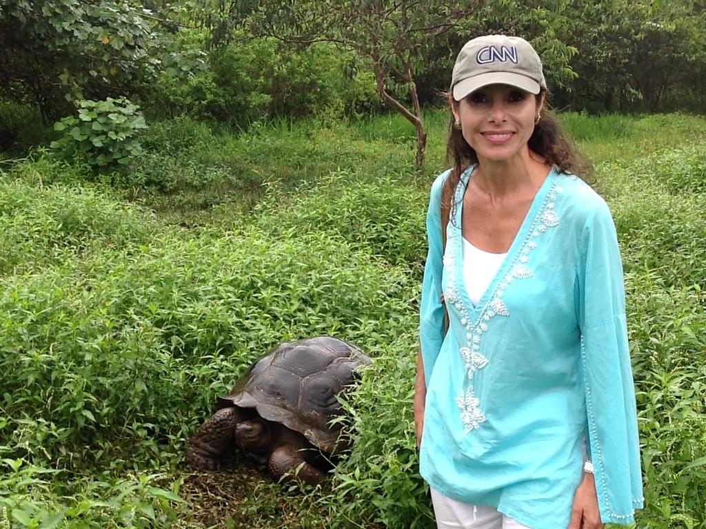 Patricia Janiot se fotografía junto a una tortuga en Galápagos. (Crédito: Patricia Janiot/CNN)