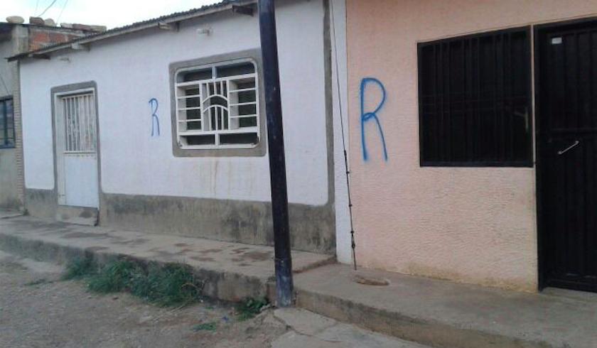 """Las casas marcadas con """"R"""" por la GNB determinan si sus habitantes son legales o ilegales. (Crédito: CNN/Laura Castellanos)"""