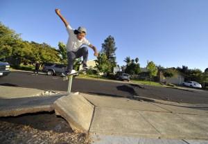 Un joven en su patineta tras el sismo en California en 2014. El gobernador de ese estado Jerry Brown declaró estado de Emergencia por cuenta del sismo que además causó incendios en la región vinícola de Napa. (Crédito: Josh Edelson/AFP/Getty Images)