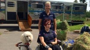 Sydney Collier con su mamá Anna y Journey. El perro viaja a destinos transatlánticos en la cabina, junto a Sydney, para eventos importantes.