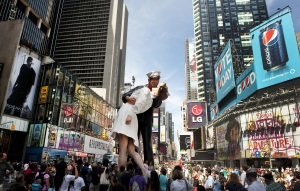 En 2010 cientos de ciudadanos se acercaron a Times Square para observar la escultura en honor a la famosa escena del fin de la guerra. (Crédito: DON EMMERT/AFP/Getty Images)