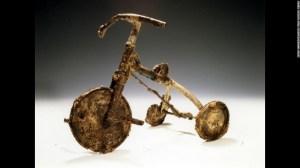 """Setenta años después de que EE.UU. lanzara una bomba atómica sobre Hiroshima, Japón, este pequeño triciclo permanece como una reliquia que recuerda la amarga memoria de los horrores de la guerra. """"El triciclo de Shin"""" hace parte del libro para niños publicado por Tatsuharu Kodama, un sobreviviente de la bomba. Su dueño era un pequeño de 3 años que murió en el ataque. Su padre lo enterró con este, su juguete favorito. Este y otros artefactos están preservados en el Museo conmemorativo de la paz en Hiroshima."""