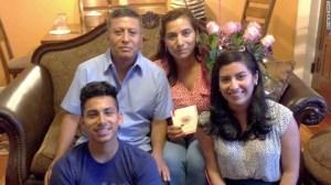 Michele Cantos y su familia durante su graduación de la Universidad de Siracusa, donde estudió una maestría en relaciones internacionales.
