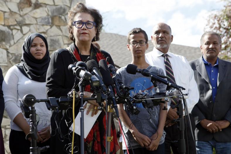 La abogada Linda Moreno habla junto a Mohamed y la familia del joven durante una conferencia en Irving, Texas (Ben Torres/Getty Images).