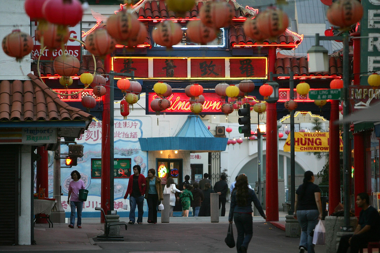 Personas caminan en calles de la sección antigua del área de Chinatown, en Los Ángeles, California. (David McNew/Getty Images)