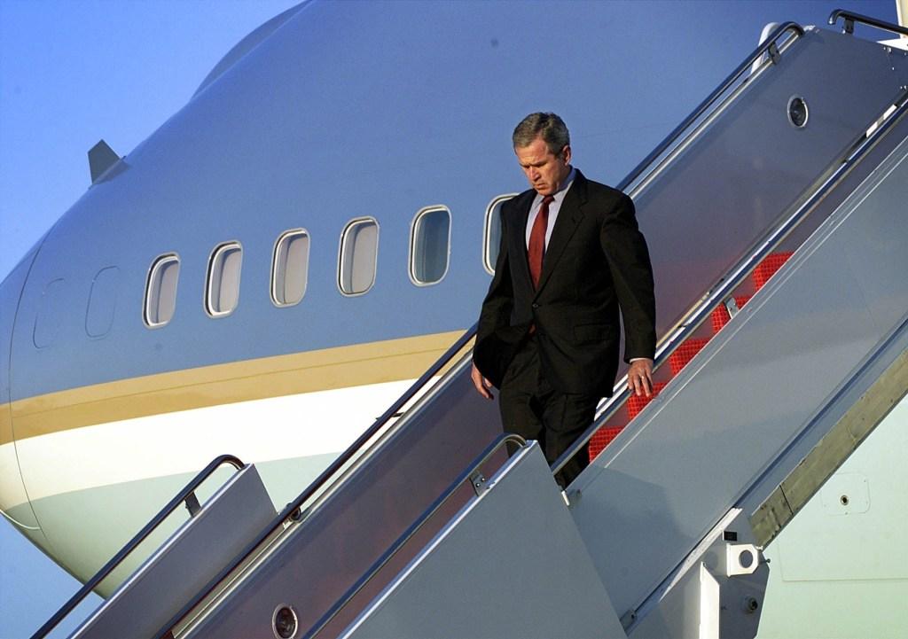 George W. Bush a su llegada a la Base Aérea Andrews el 11 de septiembre de 2001. Horas más tarde, Bush se dirigió a la nación desde la Oficina Oval en la Casa Blanca. (Crédito: Doug Mills/AFP/Getty Images)
