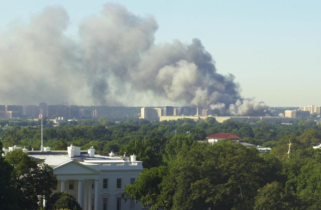 La Casa Blanca y al fondo, el Pentágono luego del ataque terrorista del 11 de septiembre de 2001. (Crédito: Robert Turtil/AFP/Getty Images)