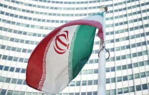 Bandera de Irán en Centro Internacional de Viena donde se negoció el histórico acuerdo sobre proliferación nuclear. (Crédito: JOE KLAMAR/AFP/Getty Images)