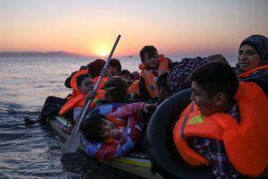 Familias de inmigrantes sirios llegan en una pequeña y sobrecargada lancha hinchable a la isla de griega de Cos. (Crédito: Dan Kitwood/Getty Images).
