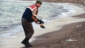 Un oficial Turco en la ciudad de Bodrum lleva el cuerpo sin vida de Aylan, luego de ser encontrado en las costas el 2 de septiembre. El pequeño es uno de los 12 refugiados sirios que se ahogaron en el mar durante una travesía que debía terminar en Grecia.
